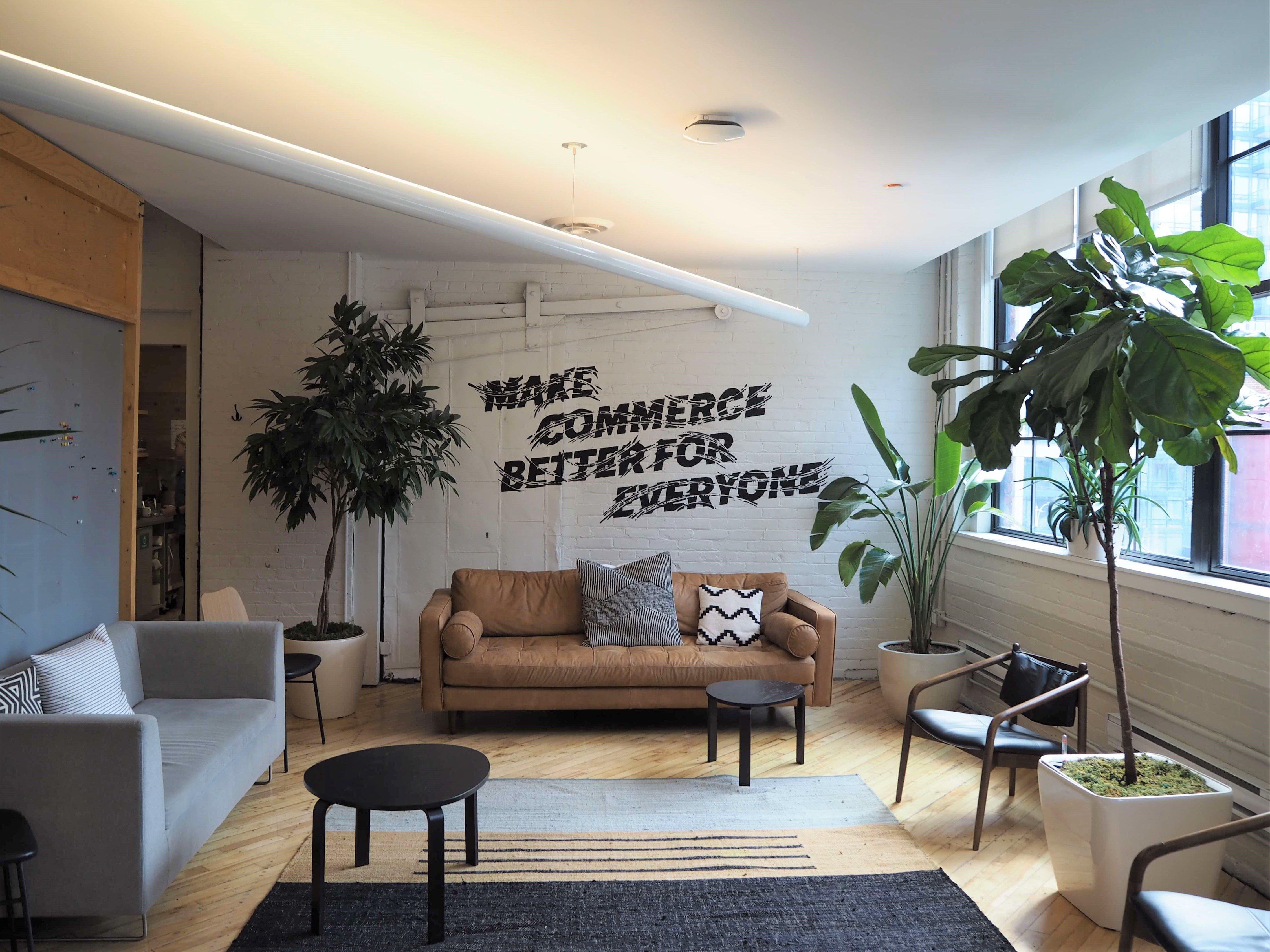 """壁に描かれたコーポレートミッション""""Make Commerce Better for Everyone"""""""